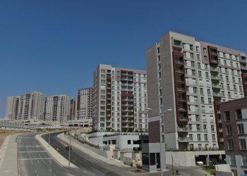 TOKİ, İZMİR YENİTEPE'DE YATIRIMA UYGUN KONUTLARI SATIŞA ÇIKARDI. (CEREN ATMACA - SİNAN YENİÇERİ/İZMİR-İHA) Toplu Konut İdaresi Başkanlığı (TOKİ), İzmir Yenitepe'de yatırıma uygun konutları satışa çıkardı. 267 konut için yapılacak açık artırma, 30 Eylül'de Balçova Termal Otel Kardelen Salon'da ve İstanbul'da gerçekleştirecek. Ayrıca açık artırmaya internet yoluyla da katılım sağlanabilecek.