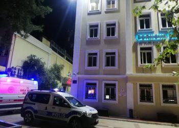 BORNOVA BELEDİYESİ BİNASINDA İNTİHAR GİRİŞİMİ (MUSTAFA İÇ/İZMİR-İHA) İzmir'de hapse girdiği için Bornova Belediyesi'ndeki işine son verilen ve hapisten çıktıktan sonra tekrardan belediyede çalışmak isteyen şahıs, elindeki silah ve bıçakla belediye binası içerisinde intihar girişiminde bulundu. Belediye başkan yardımcısı ve polisin yaklaşık 2 saat süren çalışmalarının ardından ikna olan şüpheli, gözaltına alınarak emniyete götürüldü.